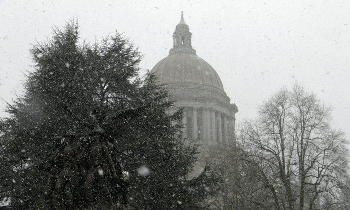 Snow falls at the Washington Capitol in Olympia, Wash., on Feb. 8, 2019. (Rachel La Corte/AP Photo)