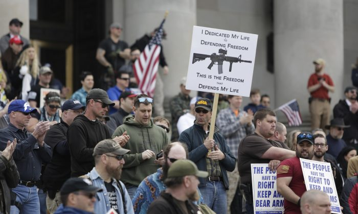 Gun advocates are pictured in front of the Washington state capitol during the 'March for Our Rights' pro-gun rally in Olympia, Washington on April 21, 2018. (Jason Redmond / AFP)