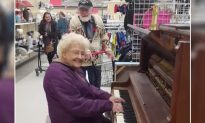 84-Year-Old Can't Read Sheet Music but Charms Everyone with Piano-Playing Skills