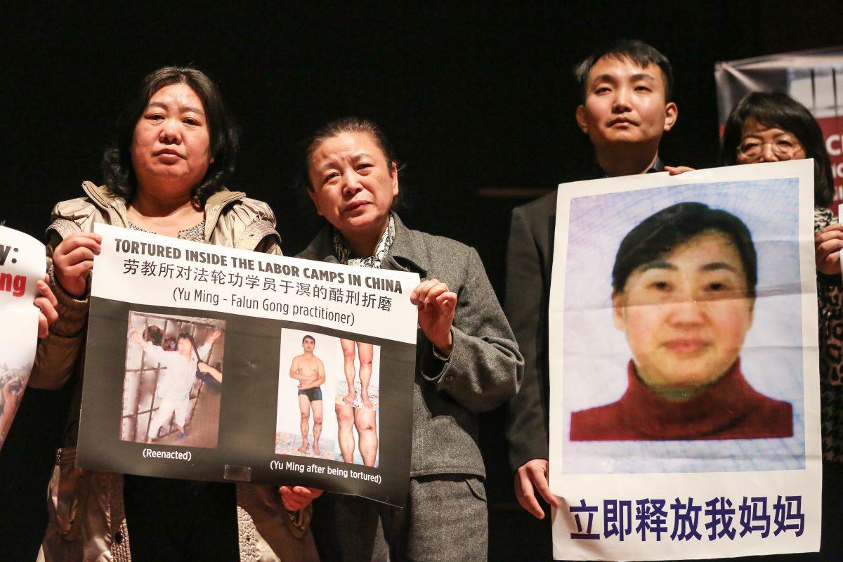 Các học viên Pháp Luân Công ở Washington giơ ảnh của các thành viên gia đình hoặc luật sư vẫn bị cầm tù ở Trung Quốc vì tu luyện hoặc bảo vệ Pháp Luân Công. (Ảnh: Jennifer Zeng/The Epoch Times)