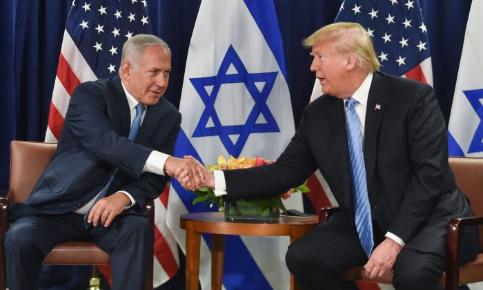 President Donald Trump shakes hands with Israeli Prime Minister Benjamin Netanyahu in New York on Sept. 26, 2018. (Nicholas Kamm/AFP/Getty Images)
