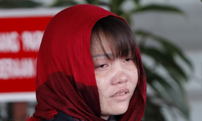 Vietnamese Doan Thi Huong is escorted by police as she leaves Shah Alam High Court in Shah Alam, Malaysia, on March 14, 2019. (Vincent Thian/AP)