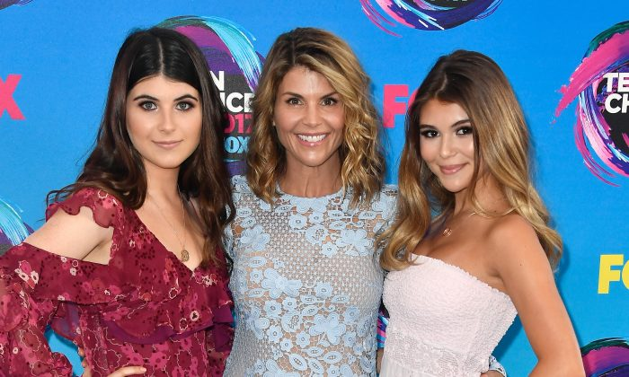 (L-R) Isabella Giannulli, Lori Loughlin and Olivia Giannulli attend the Teen Choice Awards 2017 at Galen Center on August 13, 2017 in Los Angeles, California. (Frazer Harrison/Getty Images)