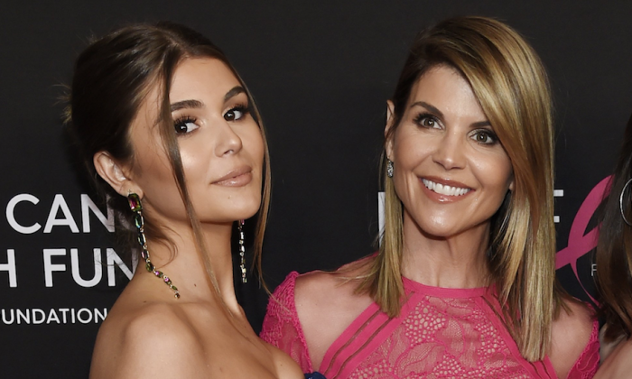 "Actress Lori Loughlin poses with her daughter Olivia Jade Giannulli (L), at the 2019 ""An Unforgettable Evening"" in Beverly Hills, Calif. (Chris Pizzello/Invision/AP)"