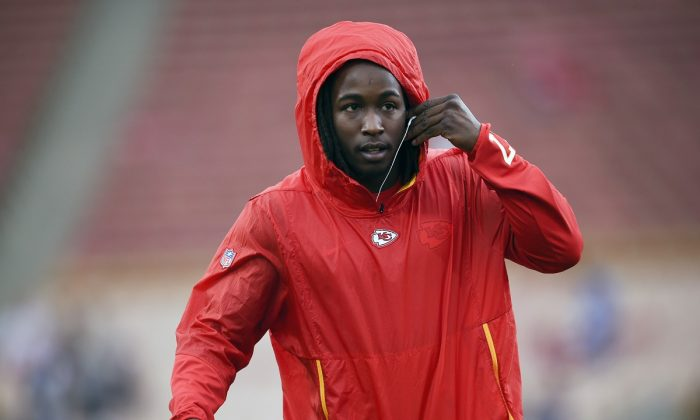 Kansas City Chiefs running back Kareem Hunt warms up before an NFL football game against the Los Angeles Rams, in Los Angeles, on  Nov. 19, 2018.  (Kelvin Kuo/AP Photo)