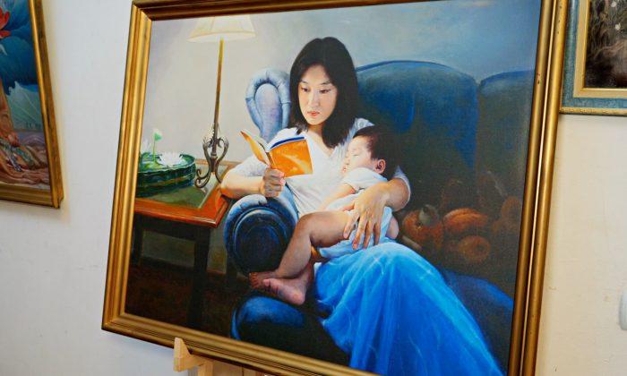 Painting of a woman holding a child and reading Zhuan Falun from the Zhen Shan Ren Art Exhibition.(NTD/screenshot)