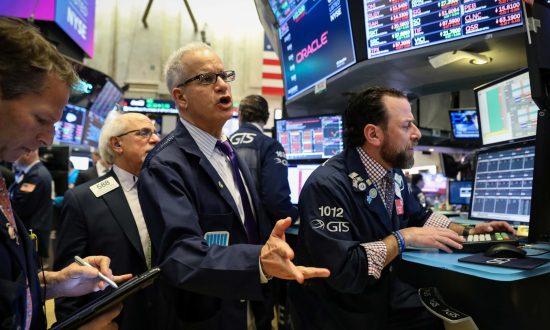 Wall Street Tumbles on Global Economic Slowdown Fears