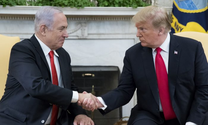 President Donald J. Trump (R) and Prime Minister of Israel Benjamin Netanyahu shake hands in the Oval Office of the White House on March 25, 2019. (Michael Reynolds - Pool/Getty Images)