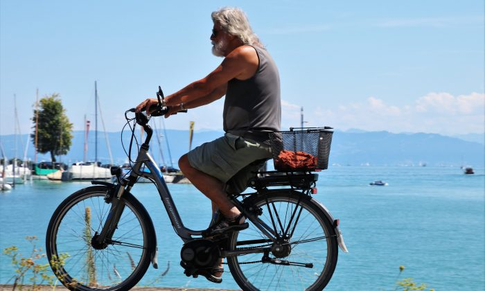 Research finds that electric bikes can help older people better enjoy the benefits of cycling. (pasja1000/Pixabay)