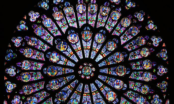 The north transept rose window of Notre-Dame de Paris was installed c. 1250-60 when Jean de Chelles was architect. It features the Virgin and Child enthroned in the centre, surrounded by images of kings and Old Testament prophets. (Oliver Mitchell/Wikipedia Commons {CC BY-SA 3.0))