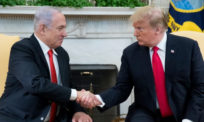 U.S. President Donald Trump (R) and Israeli Prime Minister Benjamin Netanyahu (L) shake hands in the Oval Office of the White House on March 25, 2019. (Michael Reynolds - Pool/Getty Images)