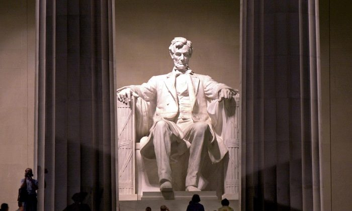 Visitors at the Lincoln Memorial in Washington on July 11, 2001. (EMILIE SOMMER/AFP/Getty Images)
