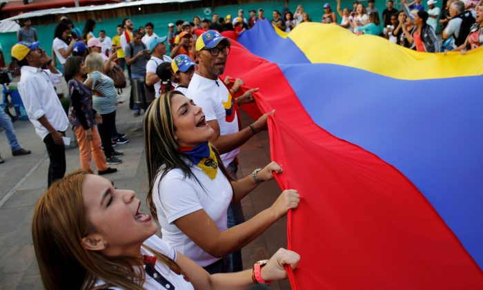 Venezuelan residents in Colombia protest against Nicolas Maduro's government in Medellin, Colombia, on May 1, 2019. (David Estrada/Reuters)