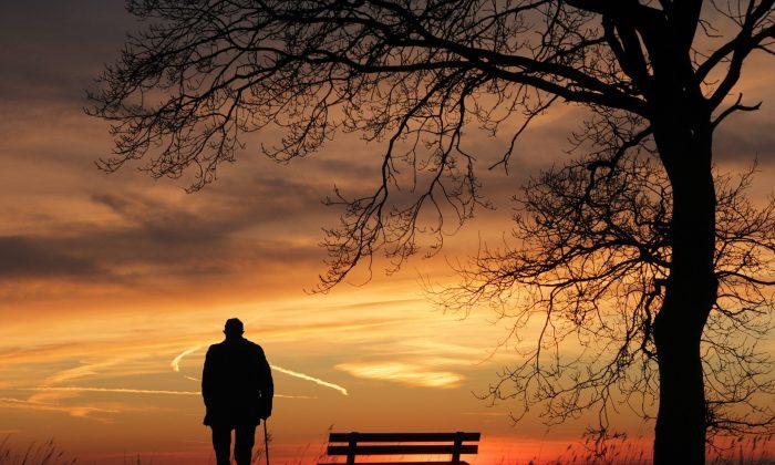 A man at dusk. (pixel2013/Pixabay)