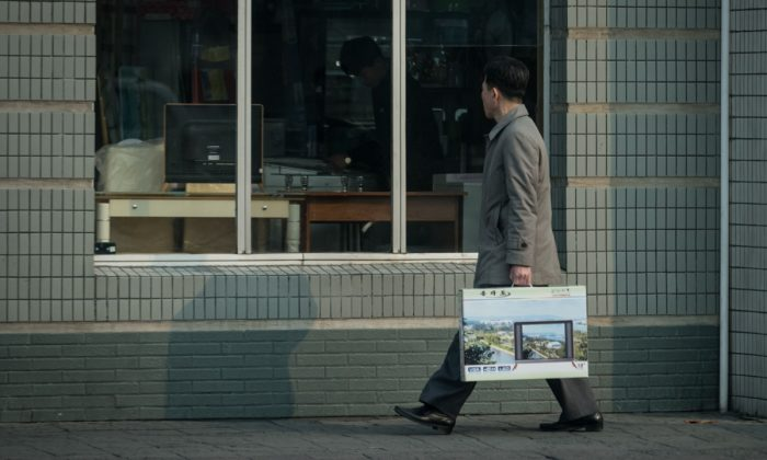 A man carrying a television. (Ed Jones/AFP/Getty Images)