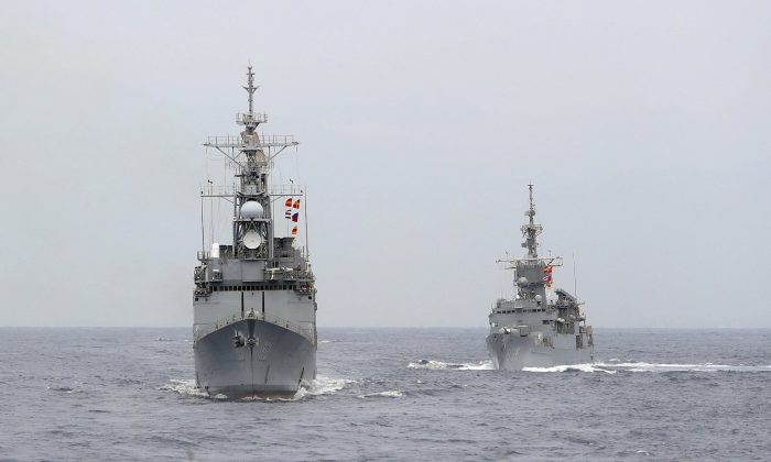 A KIDD-class destroyer, left, and a Knox-class frigate are seen during a navy exercise off Hualien County, east of Taiwan, on May 22, 2019. (Chiang Ying-ying/AP)