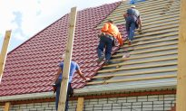 Lady Sees 3 Roofers Abruptly Stop Working and Stand—When She Realizes Why She Snaps a Photo