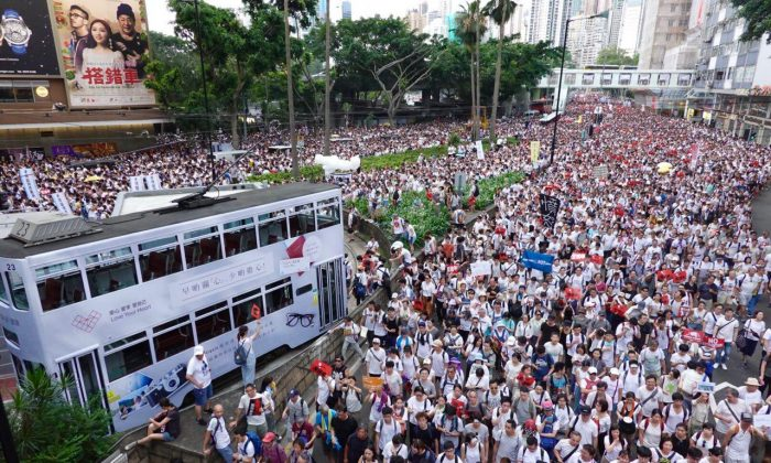 Hundreds of thousands of people take to the streets in protest against the proposed extradition law in Hong Kong on June 9, 2019. (Yu Gang/The Epoch Times)