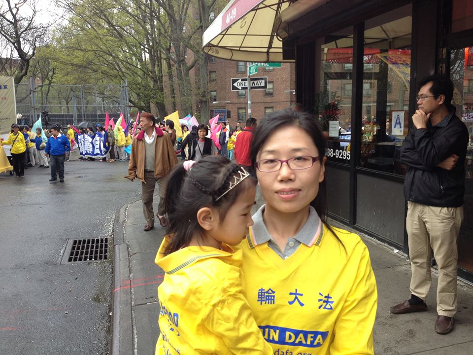 Li Linlin with her daughter at the parade staging area. (Leo Timm/Epoch Times)