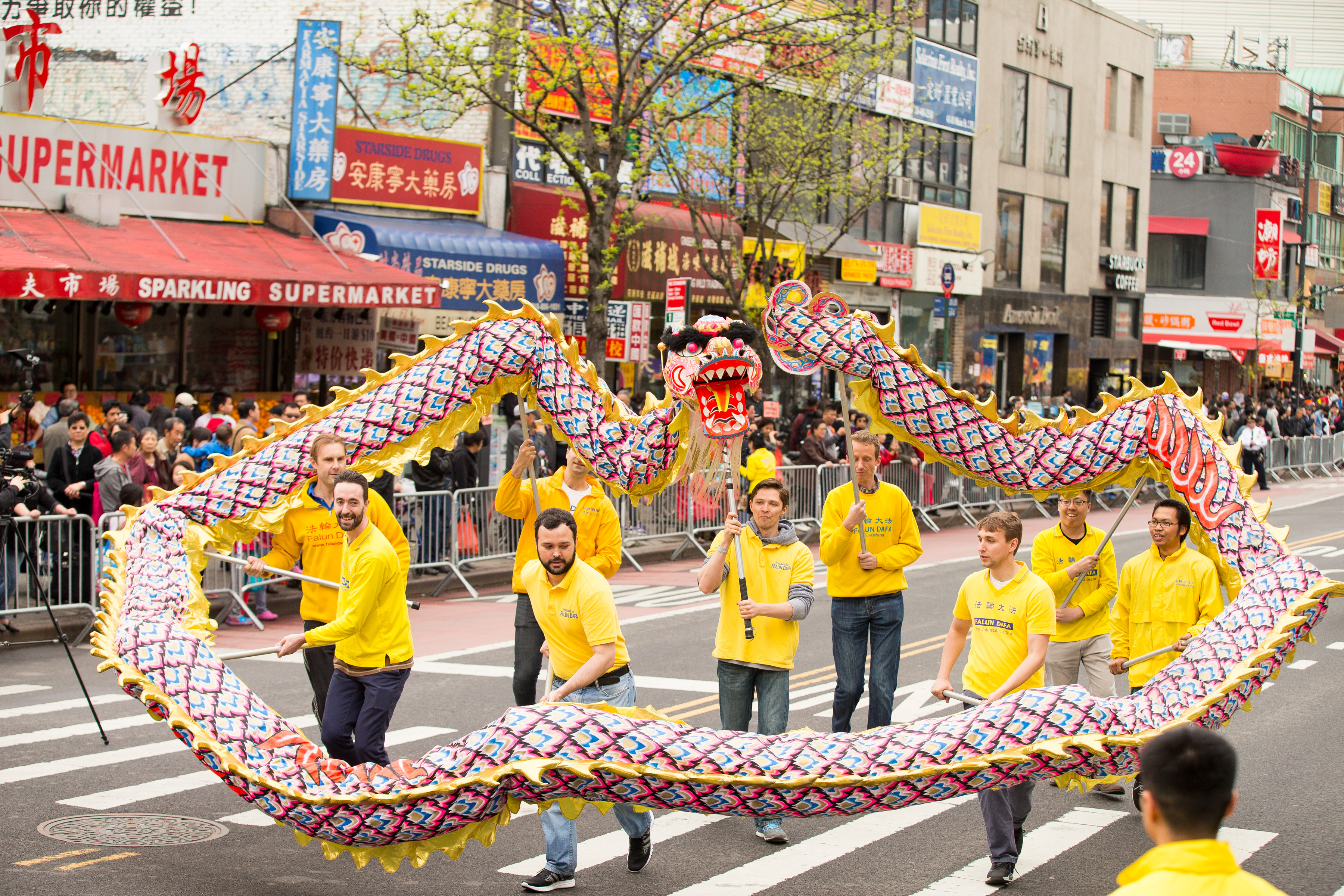 A dragon dance troupe formed by Falun Gong practitioners performs in the Flushing parade. (Larry Dye/Epoch Times)
