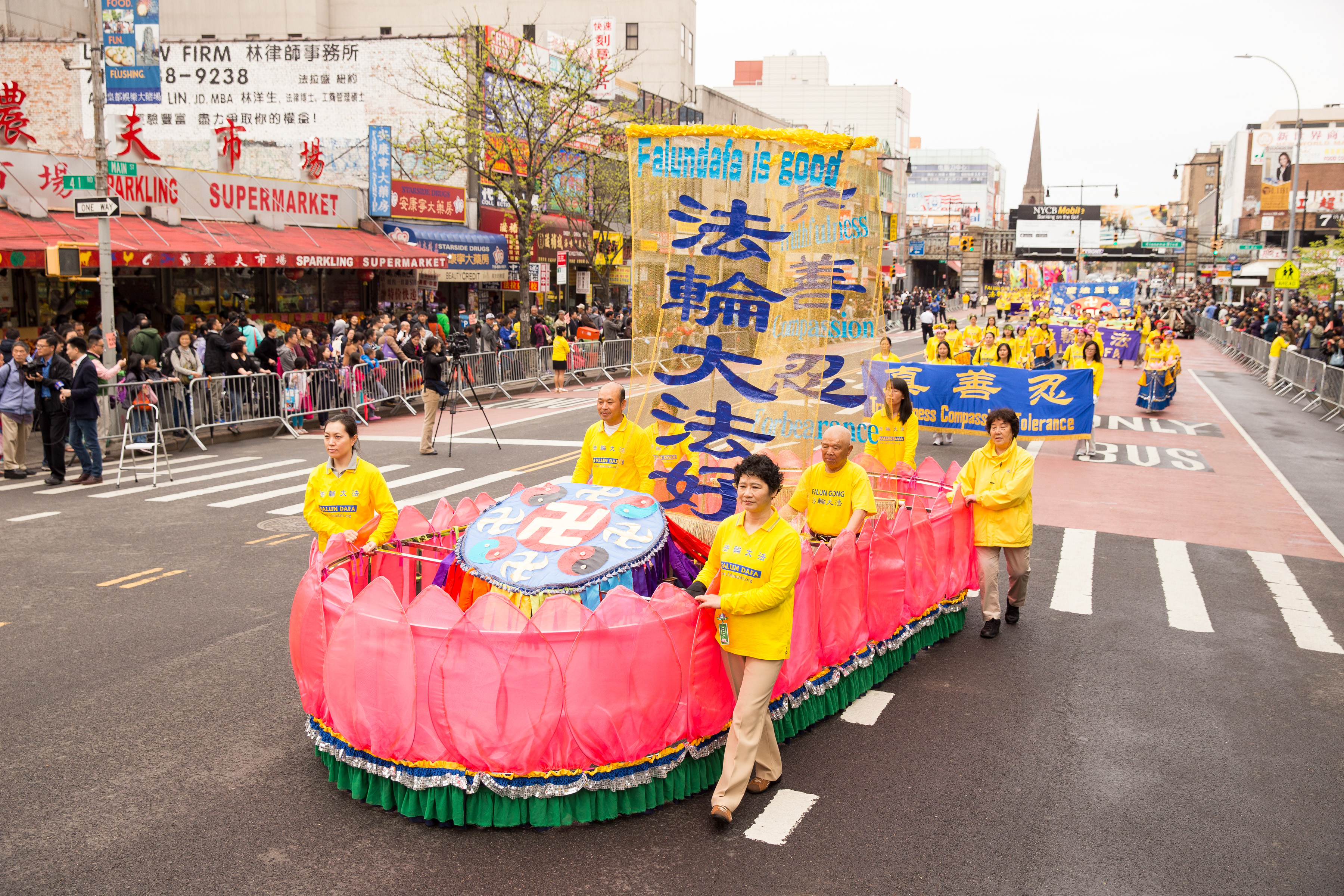 Falun Gong practitioners in the Flushing parade. (Larry Dye/Epoch Times)